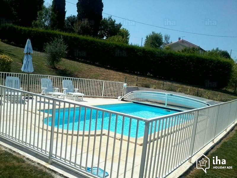 Un abri bas, ouvert, est près d'une piscine.