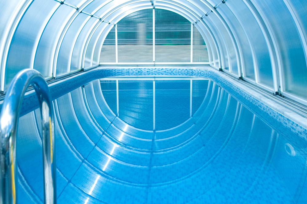 Abri rond au-dessus d'une piscine.