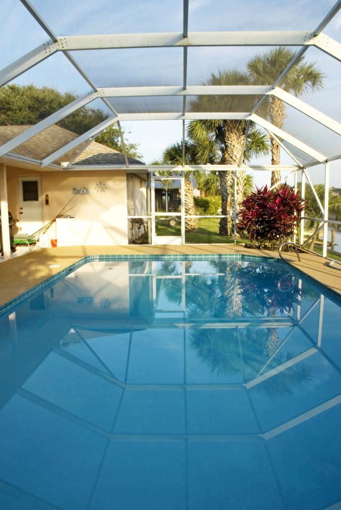 Abri haut rectangulaire sur une piscine.