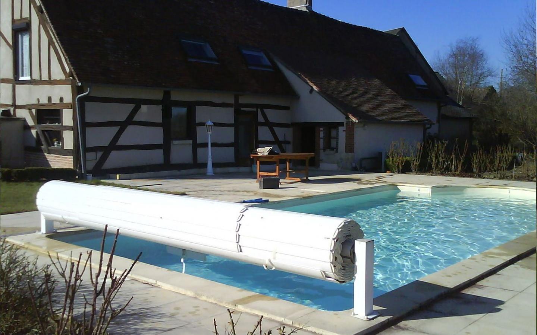 Un abri de piscine en rouleau.