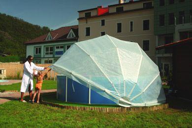 Un abri de piscine circulaire sur une piscine gonflable.
