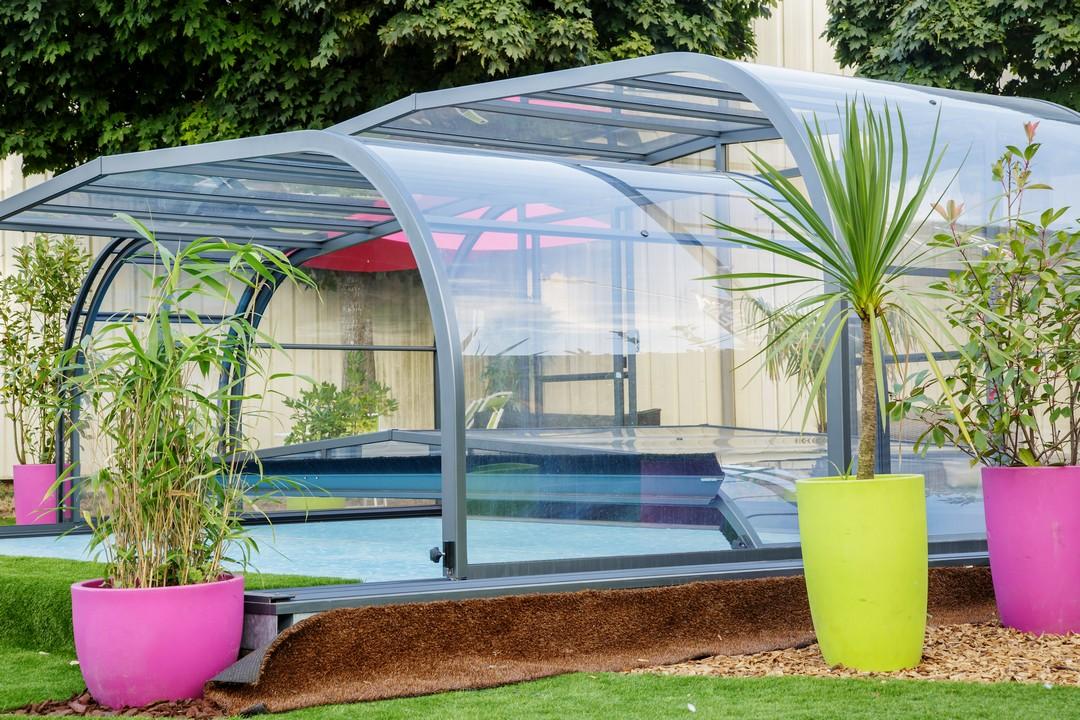 Un abri de piscine bi-corps.