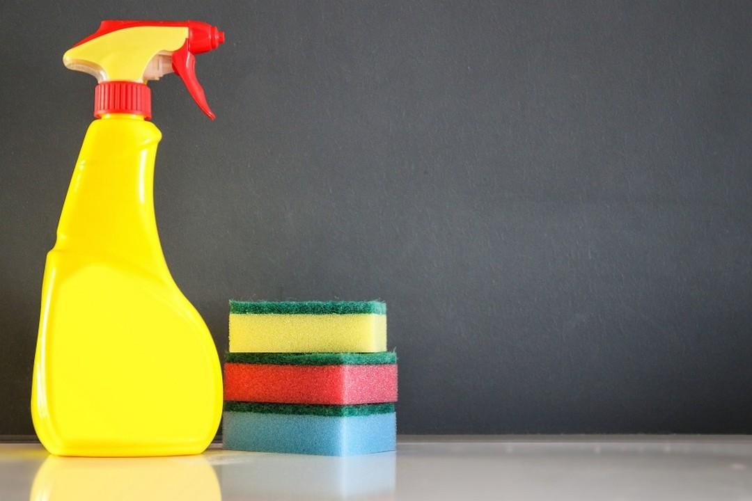 Des éponges et du produit pour nettoyer.