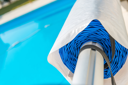 Un abri en rouleau près d'une piscine.