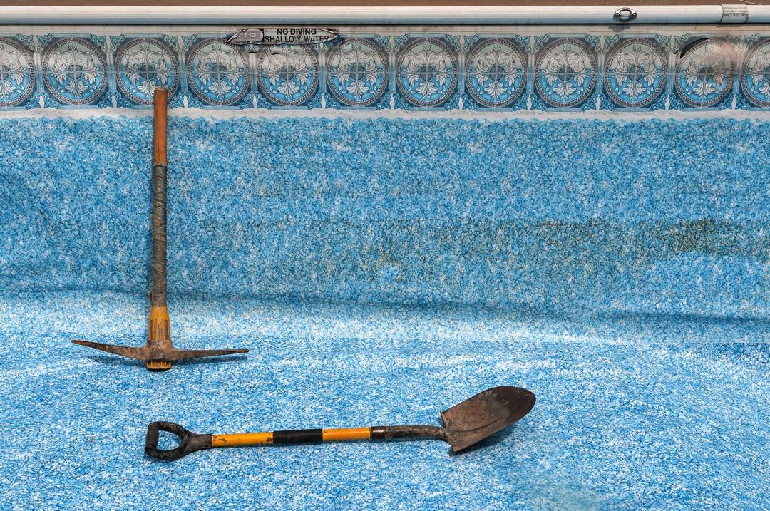 Des outils posés près d'une piscine.
