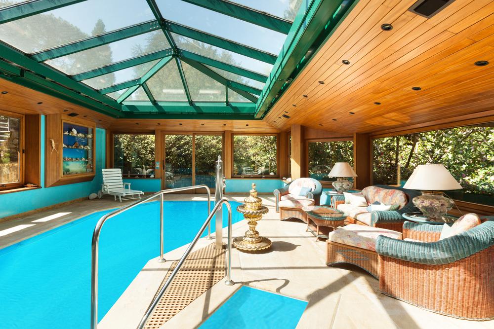 Un abri de piscine aménagé en bois.
